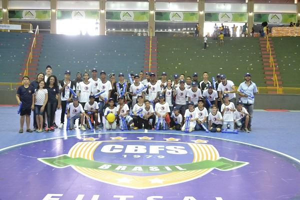 Crianças da Fundação vão a amistoso da seleção masculina de futsal
